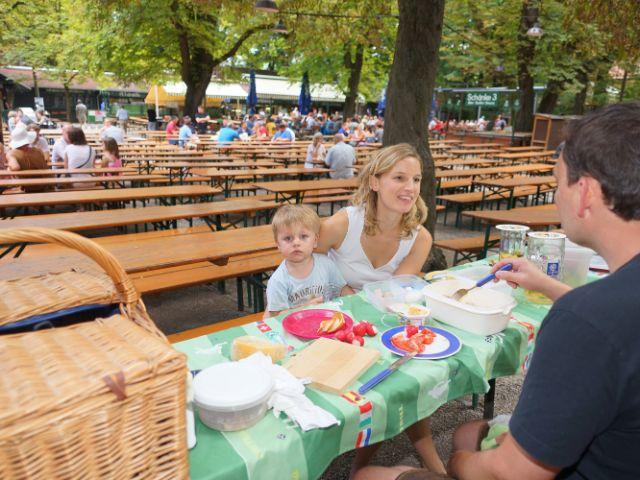 Familie mit mitgebrachtem Picknick im Biergarten Augustinerkeller, Foto: Dan Vauelle