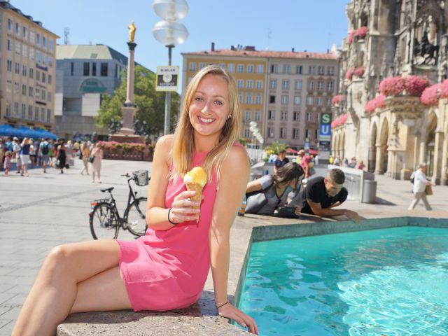 Junge Frau mit Eis am Münchner Fischbrunnen, Foto: muenchen.de / Dan Vauelle