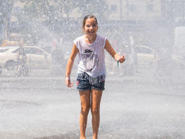 Mädchen am Stachus Brunnen , Foto: muenchen.de/Lukas Fleischmann