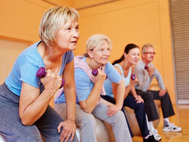 Aktive Senioren beim Fitnesstraining, Foto: Robert Kneschke / fotolia.com