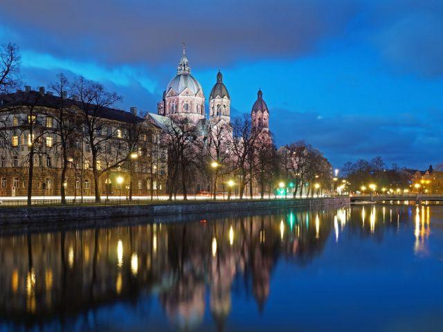 St. Lukas mit Isar zur blauen Stunde, Foto: Anselm Baumgart / Fotolia.com