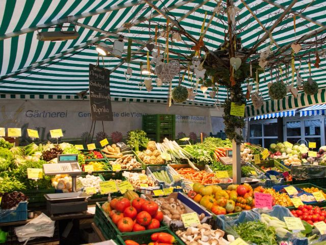 Obst- und Gemüstestand auf dem Pasinger Viktualienmarkt, Foto: Photopraline