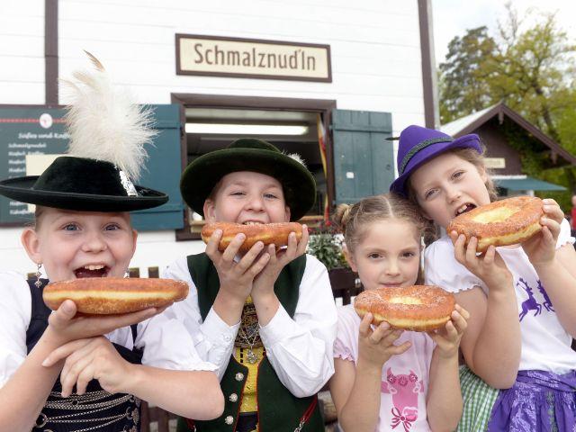 Kinder mit Schmalznudeln, der Spezialität der Kugler Alm, Foto: Kugler Alm