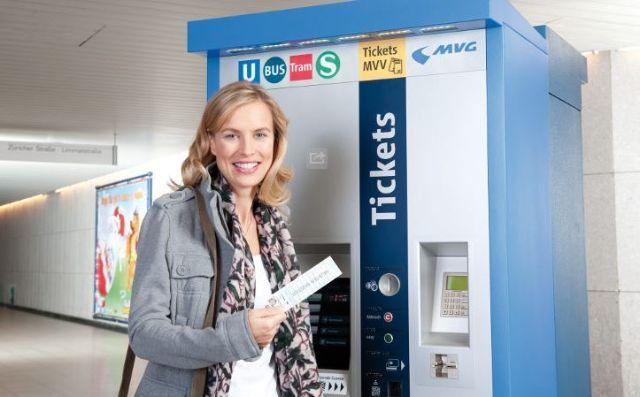 Frau mit Streifenkarte vor Fahrkartenautomat der MVG, Foto: MVG