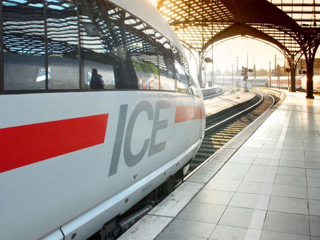 ICE im Bahnhof