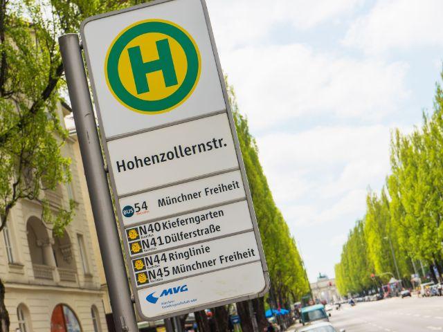 Schild für die Bushaltestelle Hohenzollernstraße, Foto: muenchen.de/Lukas Fleischmann