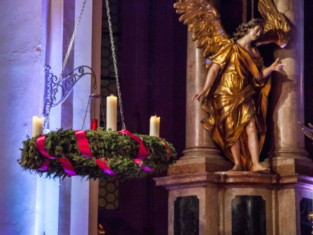 Adventskranz in der Heilig-Geist-Kirche, Foto: EOM, Robert Kiderle