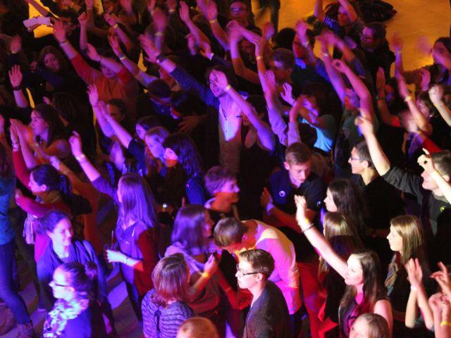 Jugendliche beim Tanzen; Jugendfestival auf dem Freisinger Festplatz, Foto: Erzbischöfliches Jugendamt