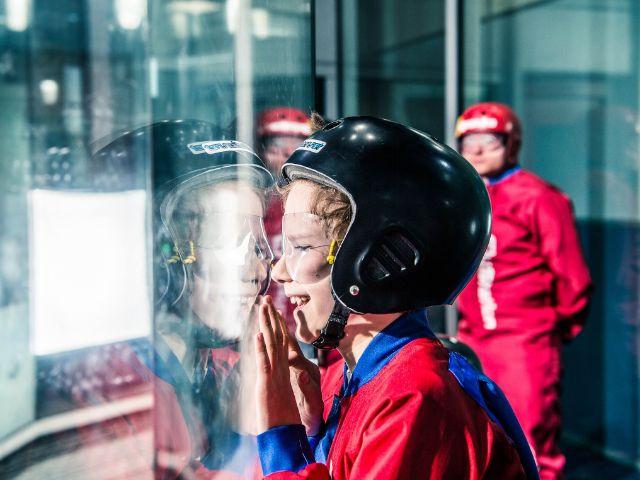 Kind schaut durch Scheibe, Foto: FlyStation