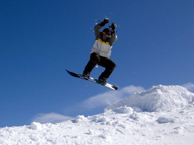 Snowboarder beim Sprung, Foto: Brendan Howard / Shutterstock.com (Symbolbild)
