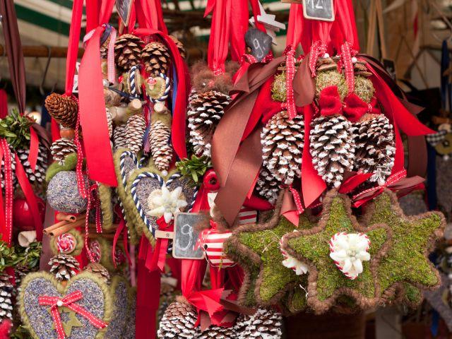 Stand mit Anhängern auf dem Weihnachtsmarkt, Foto: Quanthem / Shutterstock.com