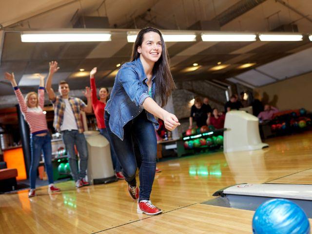 Frau beim Bowling, Foto: Syda Productions / Shutterstock.com