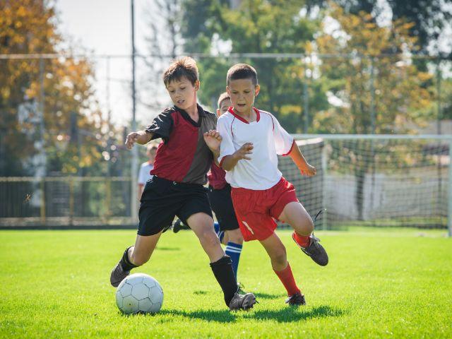 Kinder spielen Fußball, Foto: Fotokostic / Shutterstock.com
