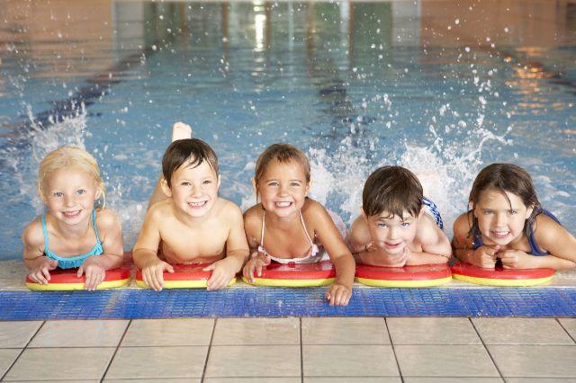Kinder im Hallenbad, Foto: Monkey Business Images / Shutterstock.com