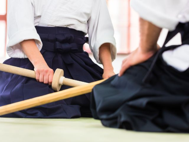 Aikido Training mit Holzschwertern, Foto: Kzenon / Shutterstock.com
