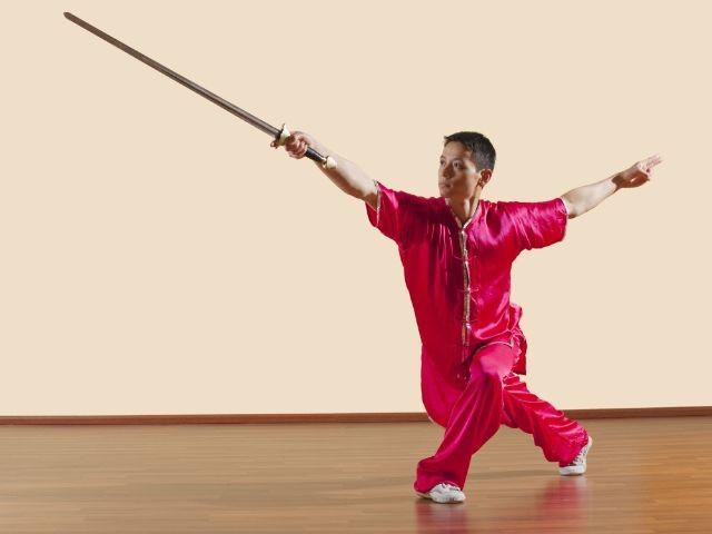Kung Fu Kämpfer trainiert mit Schwert, Foto: TunedIn by Westend61 / Shutterstock.com