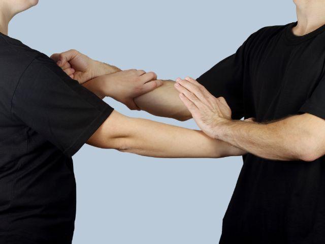 Kämpfer trainieren Kung Fu im Wing Tsun Stil, Foto: Kaderov Andrii / Shutterstock.com