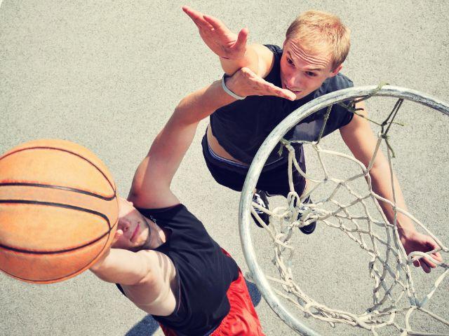 Basketball Zweikampf draußen, Foto: cirkoglu / Shutterstock.com