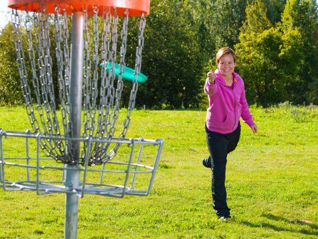 Frau spielt Discgolf, Foto: Jari Hindstroem / Shutterstock.com