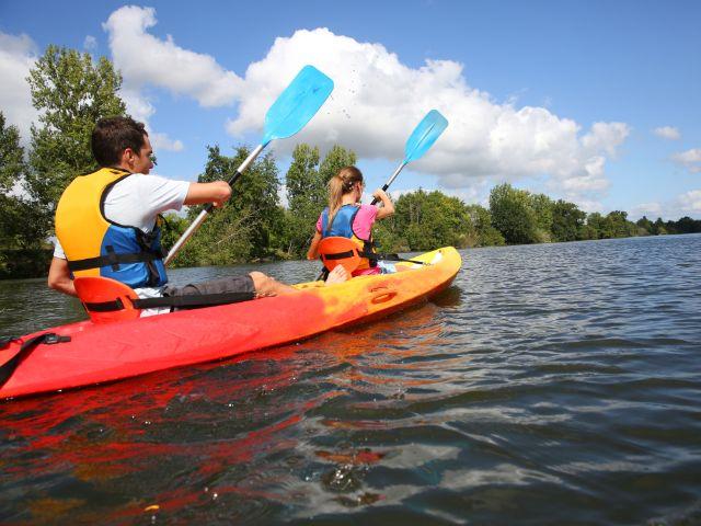 Pärchen fährt Kanu, Foto: Goodluz / Shutterstock.com