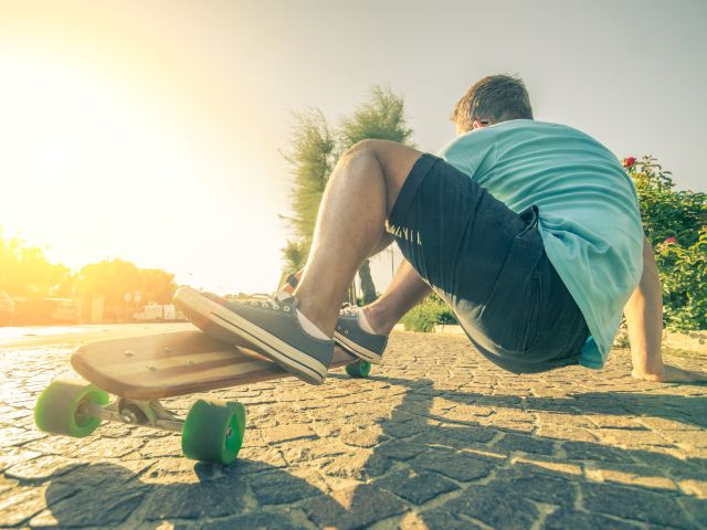Skater auf dem Longboard, Foto: oneinchpunch / Shutterstock.com