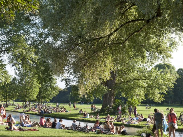 Münchner genießen die Sonne im Englischen Garten, Foto: Jazzmany / Shutterstock.com