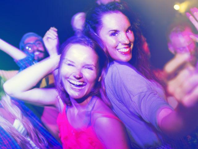 Frauen tanzen im Club
