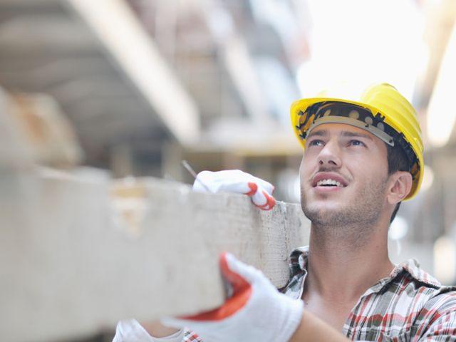 Bauarbeiter mit Balken , Foto: dotshock / Shutterstock