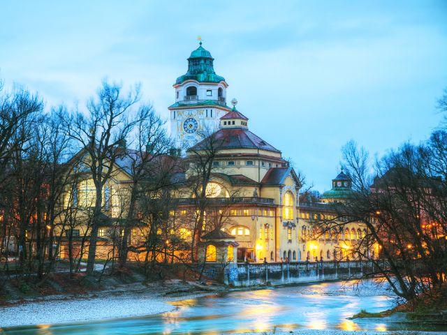 Das Müllersche Volksbad in München am Abend