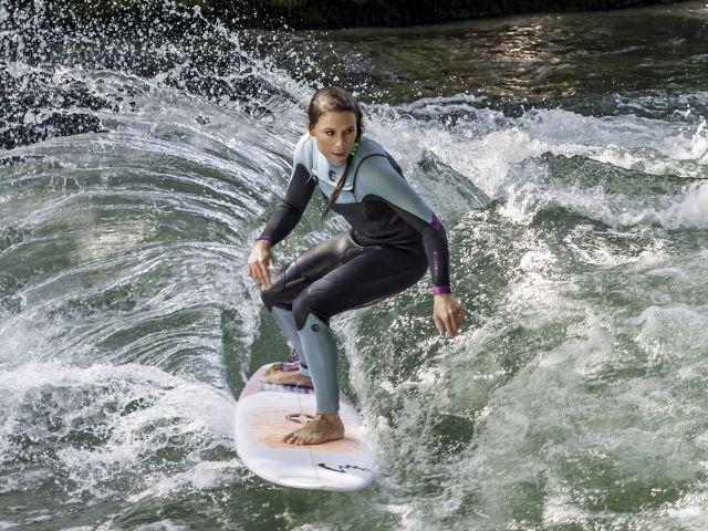 Surferin auf dem Eisbach beim Surf&Style, Foto: Hitman Sharon / Shutterstock.com