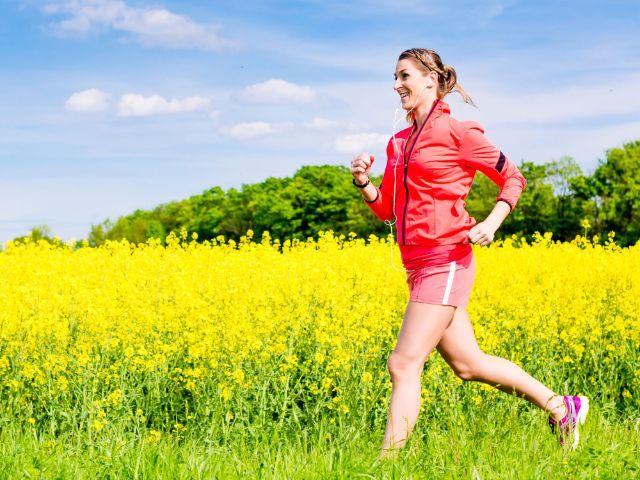 Joggerin im Frühling vor Rapsfeld, Foto: Kzenon/Shutterstock.com
