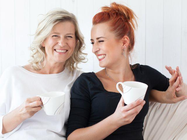 Mutter und Tochter trinken Kaffee
