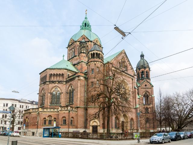 Die Lukaskirche befindet sich am westlichen Isarufer zwischen der Ludwigs- und Maximiliansbrücke., Foto: Leonid Andronov / Shutterstock