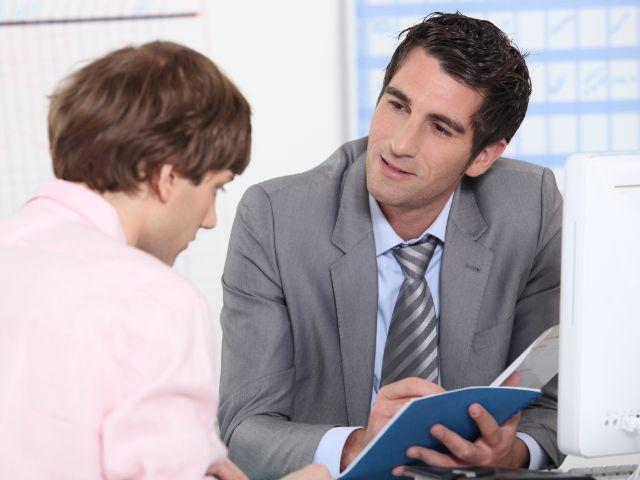 Junger Mann in Beratungsgespräch