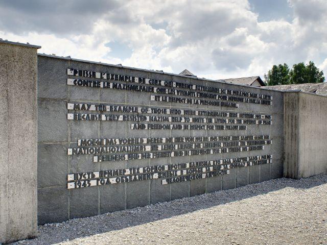 Inschrift des Internationalen Mahnmals auf der KZ Gedenkstätte Dachau, Foto: Yure / Shutterstock.com