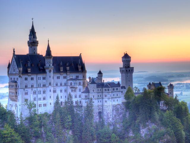 Schloss Neuschwanstein beim Sonnenuntergang, Foto: Yuri Yavnik / Shutterstock