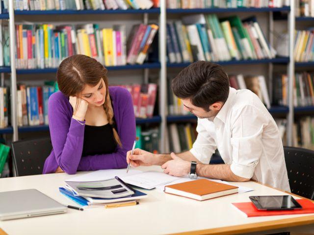 Studenten lernen in Bibliothek, Foto: Minerva Studio / Shutterstock
