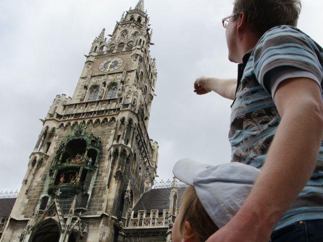 Vater zeigt Tochter das Neue Rathaus am Marienplatz, Foto: Spurwechsel