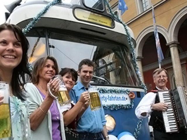 Partytram mit Feiernden vor der Münchner Oper, Foto: Spurwechsel