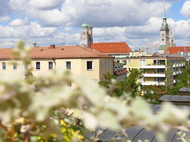 Aussicht von der Dachterrasse des Hotels Deutsche Eiche auf Frauenkirche, Alter Peter und Neues Rathaus, Foto: muenchen.de/Mark Read
