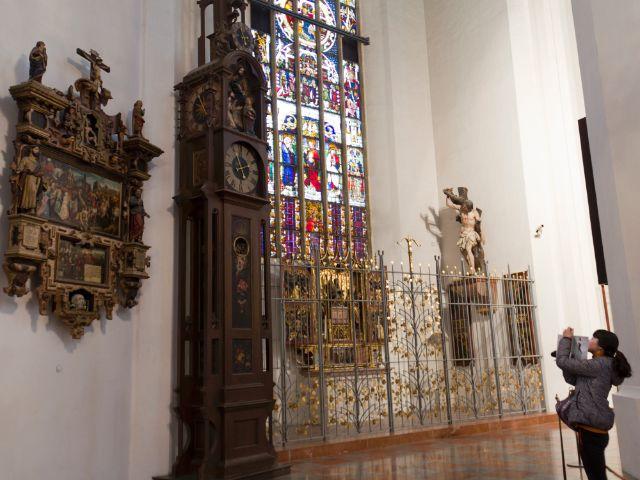 Die Automatenuhr, links das Epitaph, rechts der Auferstehungsaltar in der Sebastianskapelle, Foto: Katy Spichal