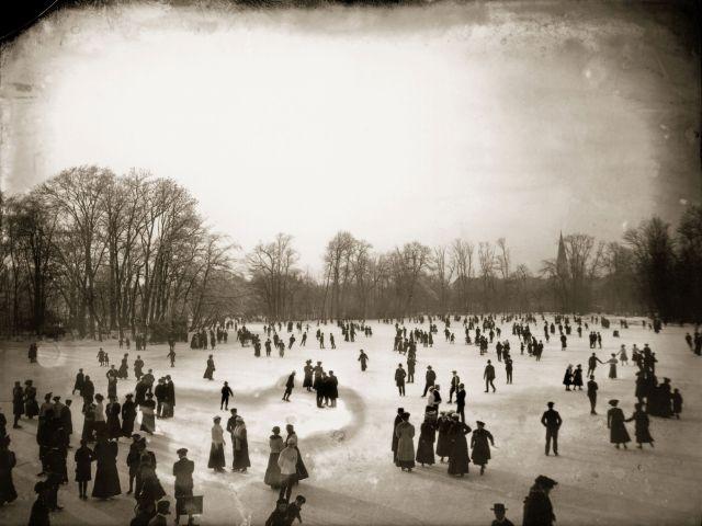 Schlittschuhläufer auf dem Kleinhesseloher See im Englischen Garten, Januar 1908.