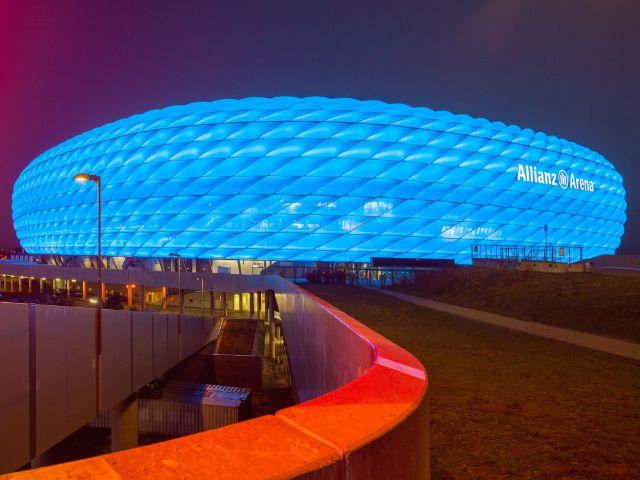 Die blau leuchtende Allianz Arena, Foto: Allianz Arena/B. Ducke
