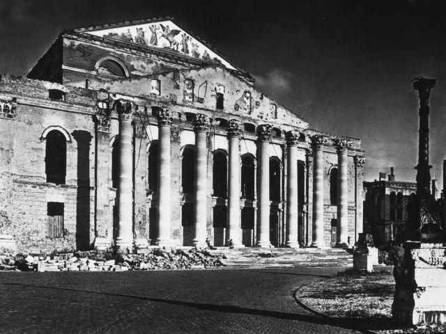 Die Ruine des Nationaltheaters nach dem Bombenangriff im Zweiten Weltkrieg.