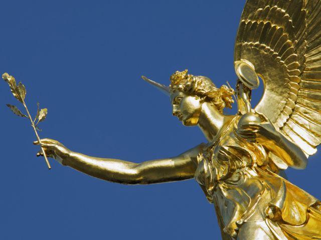 Der goldene Friedensengel in München vor blauem Himmel,, Foto: Zyankarlo / Shutterstock