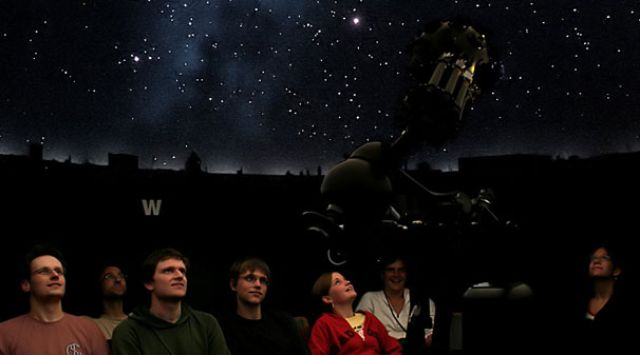 Volkssternwarte Planetarium mit Besuchern