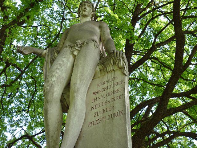 "Die Statue des ""Harmlos"" im Hofgarten, Foto: muenchen.de/Mark Read"