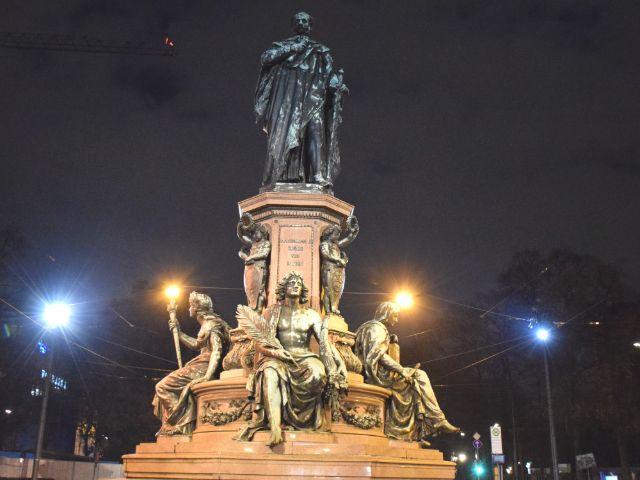 Das Maxmonument oder Max-II-Denkmal auf der Maximilianstraße bei Nacht, Foto: muenchen.de/Mark Read