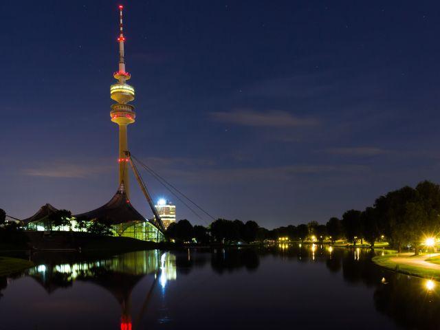 Sommerabend im Olympiapark - Blick auf den Olympiaturm, Foto: Christian Scheiffele
