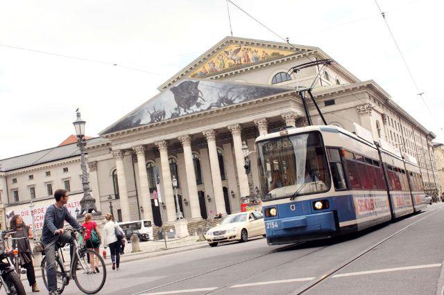 Tram 19 bei der Oper